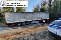 Autoarticolato bloccato in un tornante a Torriana