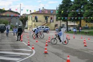 Educazione stradale, la prova finale su bici per la quinta elementare di San Martino dei Mulini