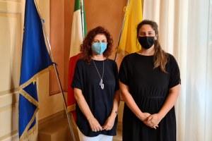Il saluto della sindaca Alice Parma alla Vicaria del Questore Enrica Bonini, in pensione dal 1° luglio