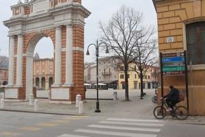 In corso l'intervento di riorganizzazione della segnaletica di direzione delle attività economiche e di indicazione dei servizi alla città