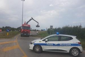 Intervento della Polizia locale di vallata per una dispersione di materiali in via Costa