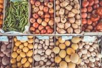 Riaprono i mercati settimanali con i banchi alimentari