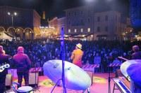 Santarcangelo, in migliaia salutano l'arrivo del nuovo anno e la cinquantesima edizione del Festival del Teatro