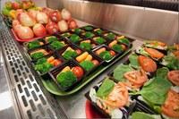 Servizio mensa, oltre mille pasti al giorno con nuove modalità anti-Covid