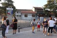 Sindaca e assessora salutano gli alunni delle scuole nel giorno del rientro dopo i mesi di chiusura