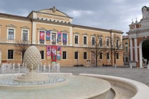Sulla facciata della scuola Pascucci il grande wallpainting di Agostino Iacurci
